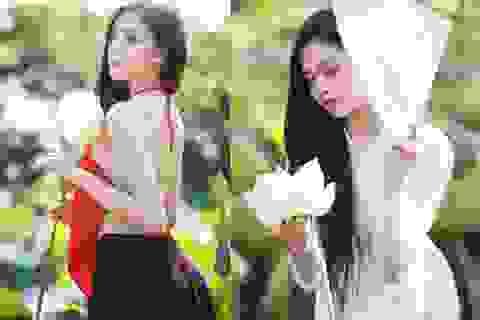 Nữ sinh trường Báo gợi cảm hút hồn bên hoa sen trắng