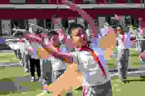 Học sinh Trung Quốc đeo đôi cánh để phòng ngừa Covid-19