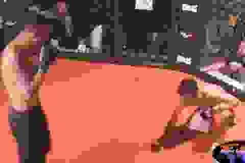 Thương đối thủ, võ sĩ Philippines bất ngờ quỳ xuống xin đầu hàng