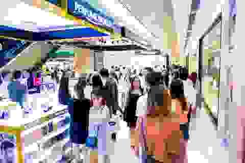 Hậu Covid: Phố xá tấp nập người, Trung tâm thương mại ùn ùn khách mua sắm