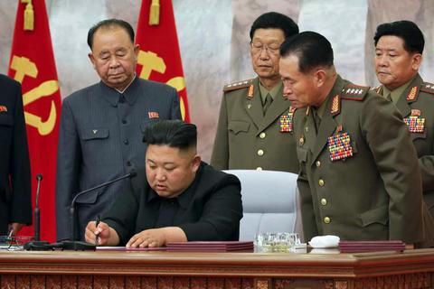 Vừa tái xuất, ông Kim Jong-un thăng hàm cho tướng hạt nhân