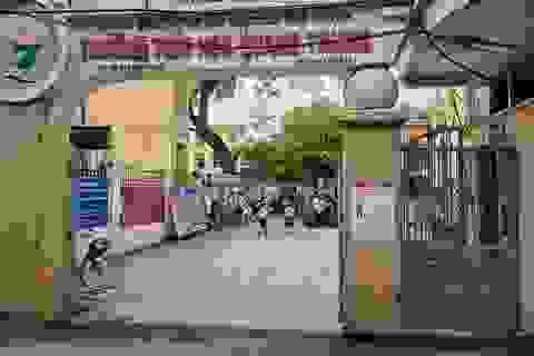 Vụ bé lớp 1 đứng ngoài cổng trường: Ban giám hiệu xin nhận trách nhiệm