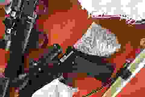 Dừng xe vi phạm, cảnh sát phát hiện 2 khẩu súng, 3.000 viên đạn chì