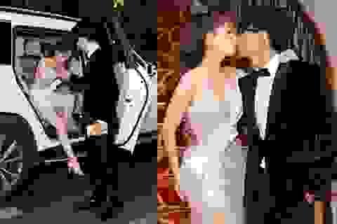 Vợ chồng Khánh Thi ngồi xe tiền tỷ, hôn đắm đuối khi đến trao Quả Bóng Vàng