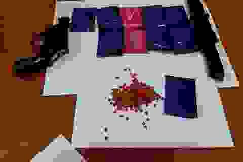 Đối tượng vận chuyển hàng nghìn viên ma túy ôm theo dao, súng trong người
