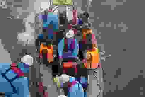 Tàu đâm vào đá chìm trên biển, 13 ngư dân may mắn được cứu sống