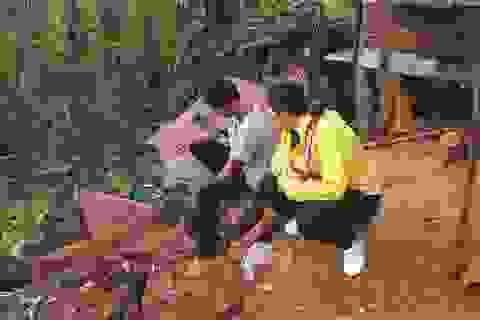 Thầy cô lặn lội vượt đường rừng để vận động học sinh đi học trở lại