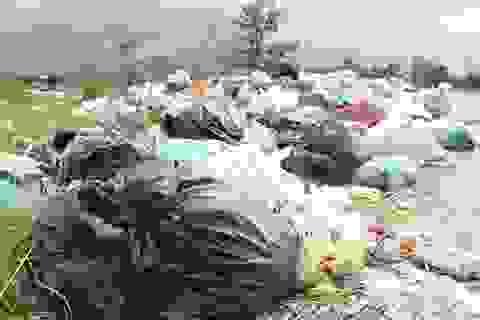 """Hà Tĩnh: Khói đốt rác giăng như sương mù """"bẫy"""" người đi đường"""