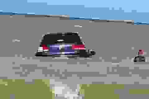 Hy hữu xe ô tô bị sóng biển cuốn trôi