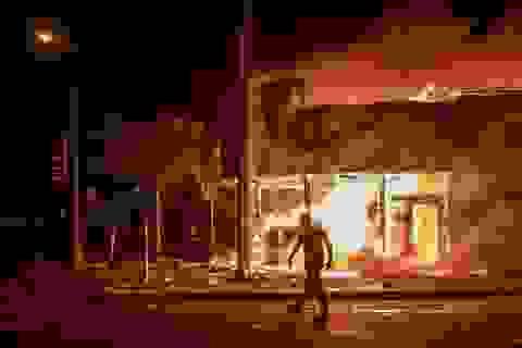 """""""Lửa giận"""" bùng phát khắp nước Mỹ, cảnh sát bị bắn chết trong biểu tình"""