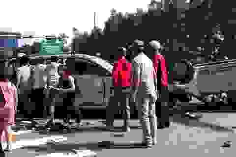 12 người cầu cứu trong 2 chiếc ô tô lật nhào tại ngã tư
