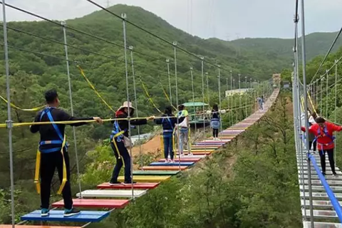 Bé 11 tuổi rơi cầu treo 60 mét trong khi tham quan công viên Trung Quốc
