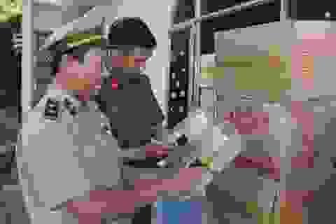 """Phú Yên: Bắt giữ một xe container chở hàng trăm thùng bánh kẹo """"lậu"""""""