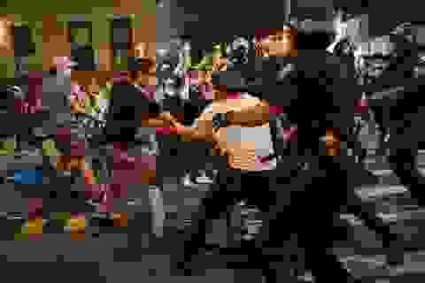 """Khủng hoảng kép khiến nước Mỹ thành """"thùng thuốc súng"""""""