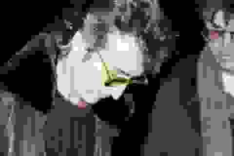 Khoảnh khắc huyền thoại âm nhạc John Lennon ký tên lưu niệm cho kẻ sát nhân