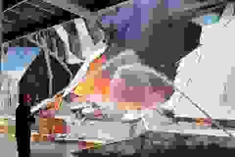 Nhà máy nệm bốc cháy dữ dội giữa trưa nắng
