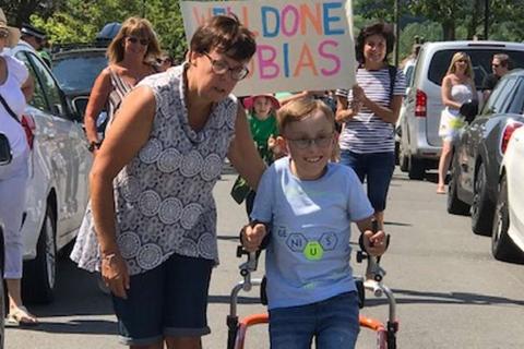 Cậu bé bại não đi bộ 750m gây quỹ hơn 1 tỉ đồng