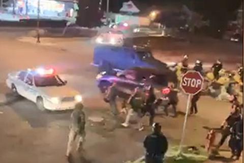 Ô tô lao vào nhóm cảnh sát Mỹ giữa bạo loạn căng thẳng