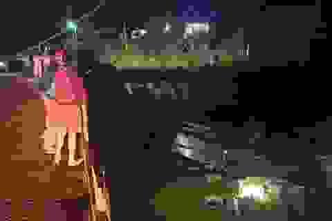 Xe tải chở trái cây lao khỏi cầu, 2 người tử vong