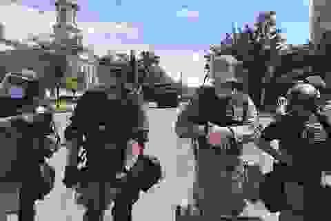 Khí tài quân sự rầm rộ đổ về Washington dập tắt bạo loạn