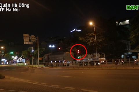 """Hà Nội: Rùng mình cảnh """"hung thần xa lộ"""" nối đuôi nhau vượt đèn đỏ"""