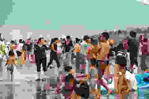 """Bể bơi, bãi biển chật kín người """"giải nhiệt"""" trong đợt nóng kéo dài"""