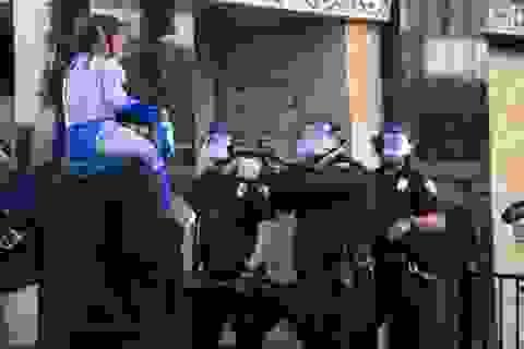 Cảnh sát Mỹ hứng chỉ trích vì chĩa súng vào bé trai biểu tình