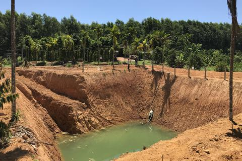 """Lão nông đào """"giếng khủng"""" rộng 500 m2 chống hạn"""