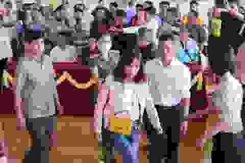 Cả trăm người náo loạn tại buổi xin lỗi đôi vợ chồng bị kết án oan