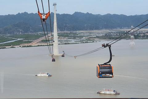 Phó Thủ tướng cắt băng khai trương tuyến cáp vượt biển