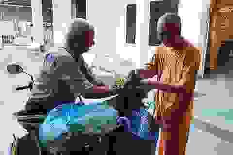 15 năm làm shipper miễn phí cho bếp ăn từ thiện và nhà chùa