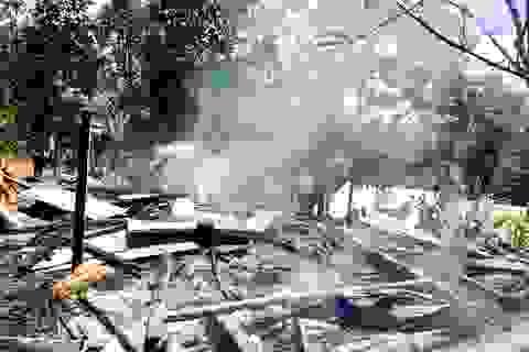 Hai ngôi nhà gỗ của một hộ dân đồng bào Cadong bị lửa thiêu rụi