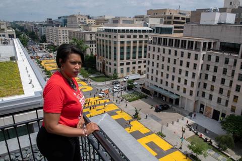 Thị trưởng Washington sơn khẩu hiệu ủng hộ người da màu gần Nhà Trắng