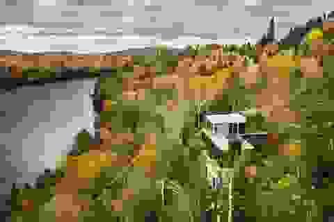 """Biệt thự """"treo"""" mình giữa vách đá, nằm gọn trong rừng phong đẹp như tranh"""