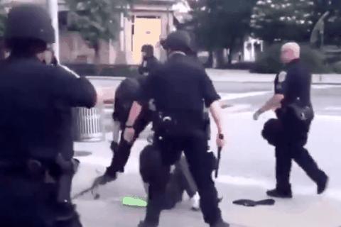 Video cảnh sát Mỹ dùng dùi cui khống chế người biểu tình