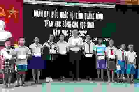 Đoàn Đại biểu Quốc hội Quảng Bình trao học bổng cho học sinh nghèo vượt khó