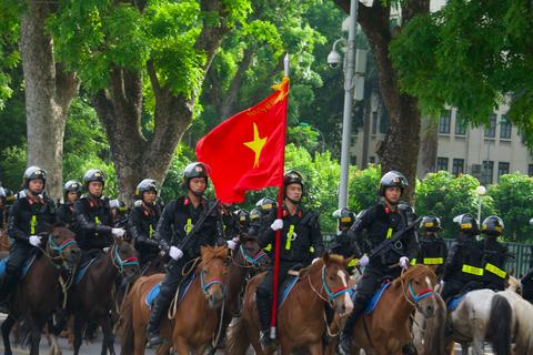 Xem đoàn Kỵ binh Cảnh sát cơ động Việt Nam diễu hành trên đường Độc Lập
