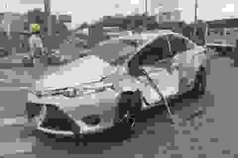 Xe tải cẩu tông nhiều phương tiện, 5 người bị thương