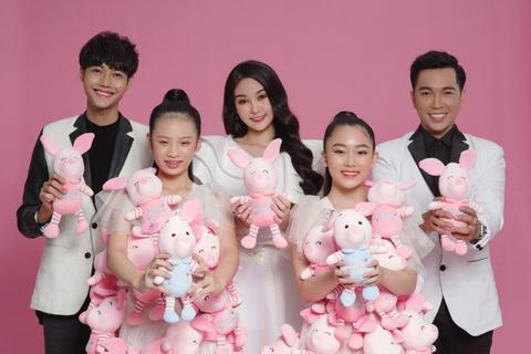 Hoa hậu Lê Âu Ngân Anh cùng Ivan Trần tặng quần áo cho trẻ em