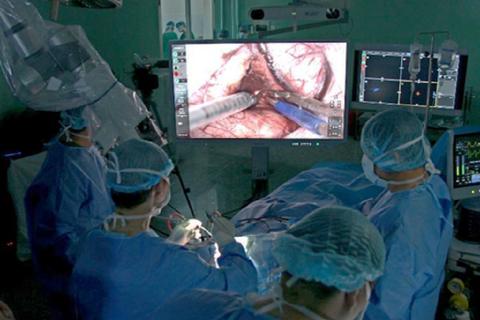 Nam bệnh nhân được mổ não khi vẫn tỉnh táo, trò chuyện bình thường