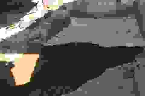 Đất vỡ toác, sụt lún bất thường khiến người dân hoang mang