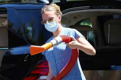 Scarlett Johansson đeo khẩu trang tự rửa xe
