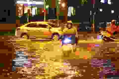Nhiều tuyến phố ở Hà Nội ngập sâu sau cơn mưa rào