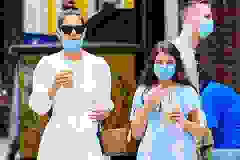 Katie Holmes và con gái đeo khẩu trang đi mua cà phê