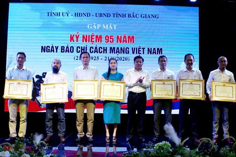 Chủ tịch Bắc Giang tặng bằng khen Trưởng ban Bạn đọc Báo Dân trí