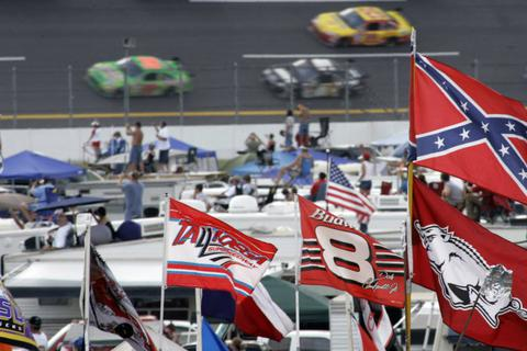 Vì sao giải đua NASCAR cấm cờ liên minh?