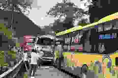 """3 xe tông nhau trên đèo Bảo Lộc, hàng trăm phương tiện """"chôn chân"""""""