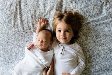 Trẻ không chấp nhận việc có em, bố mẹ nên làm gì?