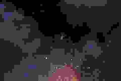 Ngoạn mục cảnh tượng đi thăng bằng trên dây qua miệng núi lửa