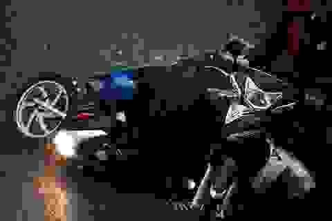 TPHCM: Đường phố sập tối trong cơn mưa lớn, người đi đường loạng quạng